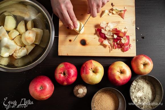 Яблоки почистите и нарежьте тонкими пластинками. Кладем к яблокам коричневый сахар, ванильный сахар, цедру и сок лимона, перемешиваем руками.