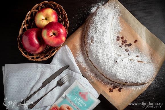 Горячий штрудель обильно посыпать сахарной пудрой.