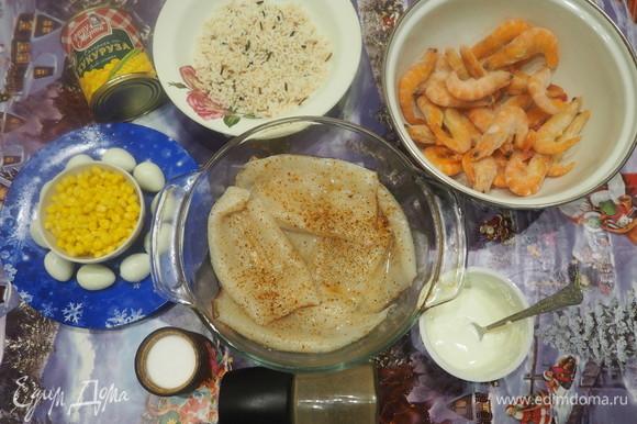 Посыпать солью и свежим молотым перцем. Яйца и креветки предварительно сварить. Рис отварить до полу готовности.