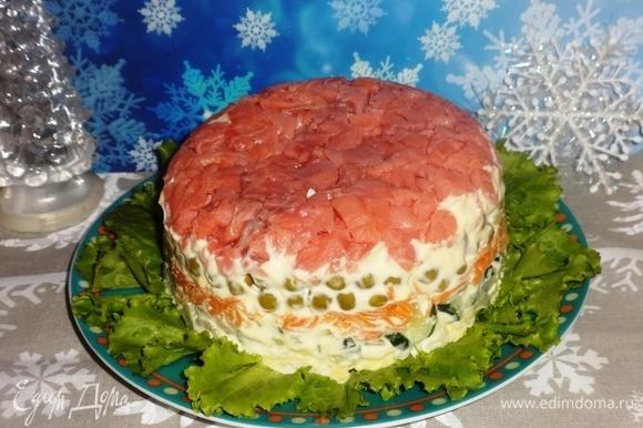 Подать слоеный салат «Красная шапочка» на праздничный стол. Прошу к столу! Угощайтесь! Приятного аппетита! С Новым годом и Рождеством!