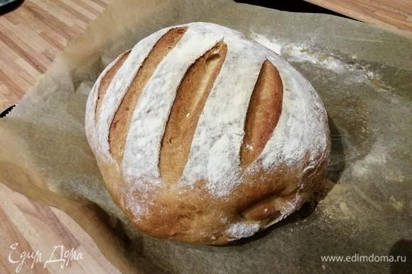 Выпекать в заранее разогретой до 220°C духовке 10 минут, затем снизить температуру до 200°C и продолжить выпечку хлеба еще 30–40 минут. Обязательно нужно ориентироваться по своей духовке. Если при постукивании по буханке она издает глухой звук, хлеб готов. Остудить желательно на решетке.