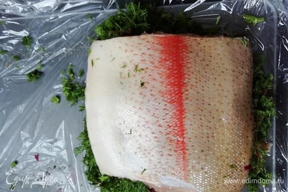 Складываем 2 половинки филе вместе и упаковываем рыбу в пленку. Ставим под небольшой груз на 2–3 дня. Можно заняться хлебом.
