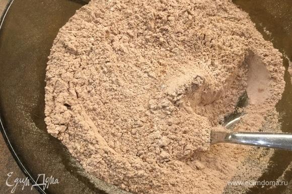 В отдельной миске смешиваем сухие ингредиенты: просеиваем 260 г муки и 7 г разрыхлителя, добавляем 1,5 ч. л. корицы, 1 ч. л. кардамона, 1 ч. л. мускатного ореха, 3 ст. л. какао и тщательно перемешиваем. Количество пряностей может быть меньше, добавляйте на свой вкус. С данным количеством получаются коричневые, достаточно пряные печеньки.