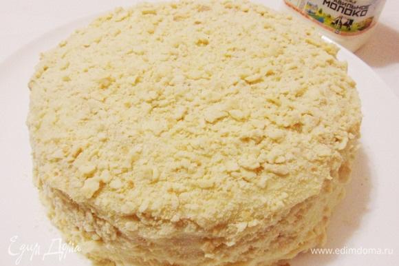 Затем торт развернуть, убрать фольгу, обмазать бока оставшимся кремом и посыпать крошкой.
