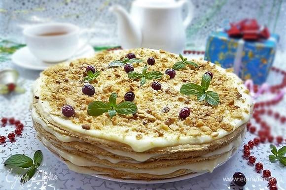 Украшаем ягодами клюквы, листиками мяты, посыпаем немножко сахарной пудрой и подаем к чаю.