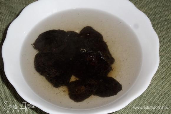 Чернослив промываем и заливаем кипящей водой. Оставляем на 2–3 минуты. Затем воду сливаем.