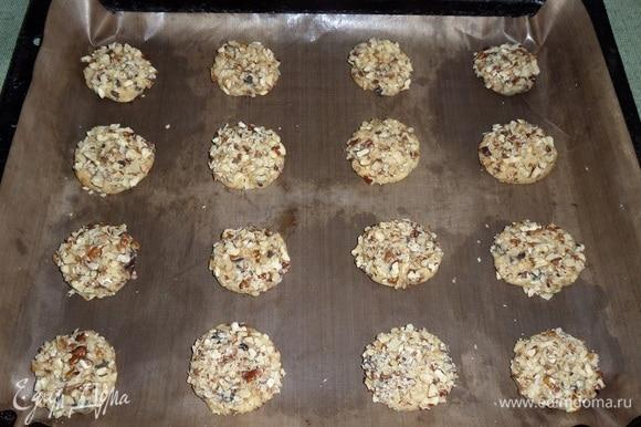 Выкладываем лепешки ореховой стороной вверх на противень, застеленный пергаментом.