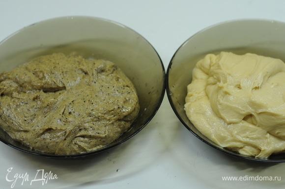 Делим тесто на 2 части. В одну добавляем солод и патоку и хорошо вымешиваем.
