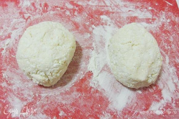 Посыпать рабочую поверхность мукой и разделить тесто на 2 равные части.