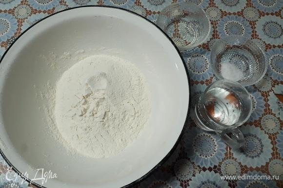 Замесите тесто. Соедините воду, соль и растительное масло.