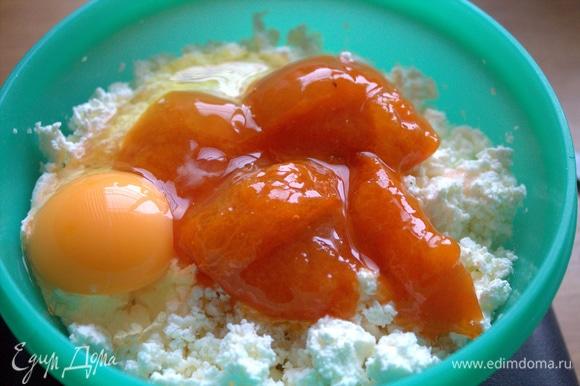Вбить яйцо, добавить соль.