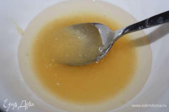 Далее соединим желатин и мед. Если мед густой, то его можно растопить на водяной бане.