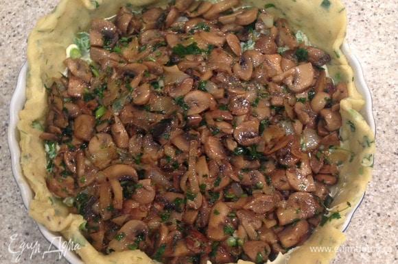 Шампиньоны поджарить с репчатым луком, добавить соль, перец, травы. Слегка остудить и выложить в форму. Равномерно распределить грибы, края теста приподнять и сложить внутрь. Ставим в духовку на 35–40 минут. Периодически поглядывайте: когда пирог подрумянится, он готов! Все зависит от возможности вашей духовки.