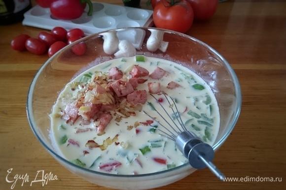 Смешайте с жареной колбасой, зеленым перцем и помидорами.