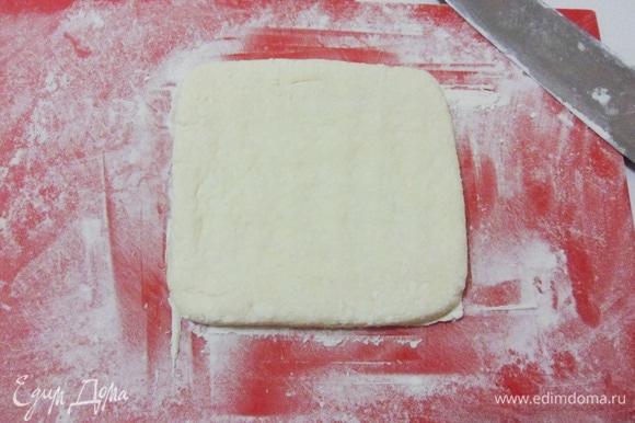 Сформировать из одной части теста квадратный сочень толщиной 1 см.
