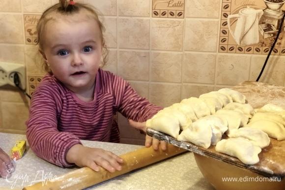 Выложить пельмени на тарелку, добавить бульон по вкусу. Добавить мелконарезанный красный лук, сметану. Приятного аппетита! Юная помощница Кристина активно помогала в лепке пельменей!