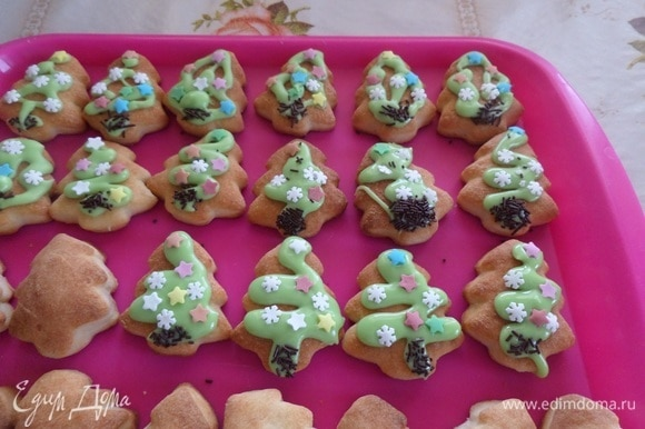 Полностью остужаем печенье. На остывшее печенье наносим глазурь и украшаем кондитерской посыпкой.