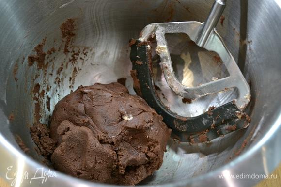К масляно-яичной смеси добавить смесь из сухих ингредиентов. Замесить насадкой «флекси» до однородности.