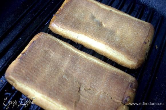 Слегка смазать сковороду кисточкой с маслом. Обжарить на гриле хлебные половинки.