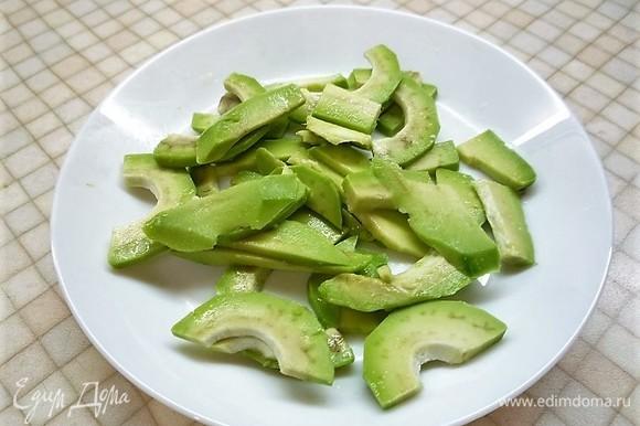 Авокадо и рыбу очищаем и нарезаем тонкими пластинками. Авокадо нужно сбрызнуть лимонным соком. Несколько ломтиков рыбы оставляем для украшения.