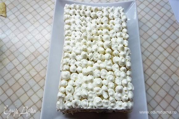 Готовый торт украшаем оставшимся кремом.