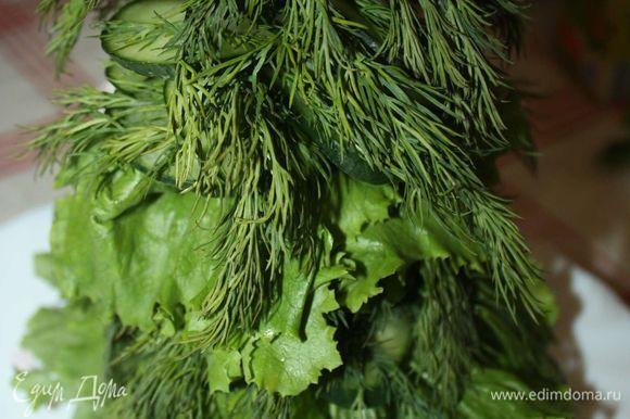 Для украшения блюда, пока оно готовится, соберем елочку из зелени и огурцов.