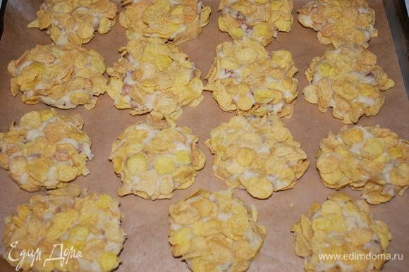 Выкладываем печенье на противень и выпекаем в разогретой духовке при температуре 170°C примерно 30 минут.