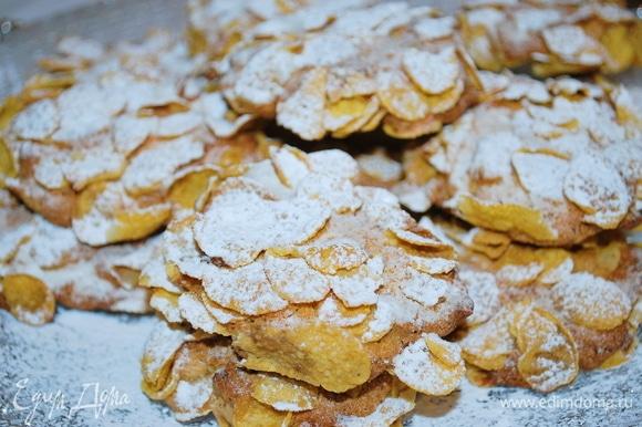 Когда печенье остынет, посыпаем его сахарной пудрой. Приятного аппетита.