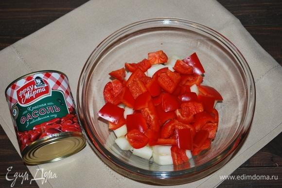Болгарский перец почистить и нарезать крупными кусочками.