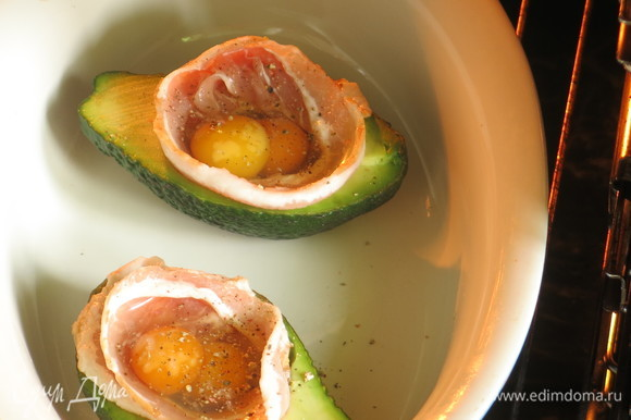 Ждем, пока первое авокадо запечется 20 минут, и ставим авокадо с беконом в духовку.