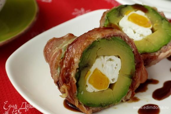 Авокадо в беконе можно подать с соусом из рецепта «Каре ягненка с баумкухеном». Авокадо в беконе похож на лампочку гирлянды, а в разрезанном виде — на рог изобилия. Желаю всем достатка, благополучия. Приятного аппетита!