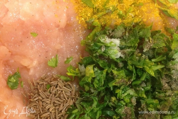 Охлаждений куриный фарш выкладываем в глубокую тарелку. Режем зеленый лук, петрушку, репчатый лук, чеснок. Добавляем яйцо, сметану, сливки, травы, специи, соль. Хорошо вымешиваем.