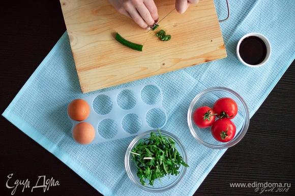 Мелко порубите маленький кусочек острого зеленого перца. Семена желательно убрать, если не любите слишком острое. Обязательно помойте потом руки!
