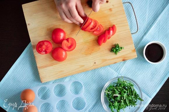 Нарежьте помидоры крупными дольками.