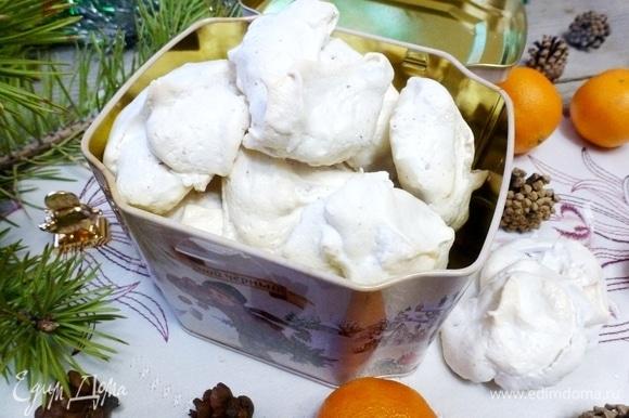 Утром вкусные и легкие пирожные готовы. Сверху — хрустящая корочка, а внутри — ароматная и вкусная начинка-тянучка. Приятных и легких вам праздничных дней!