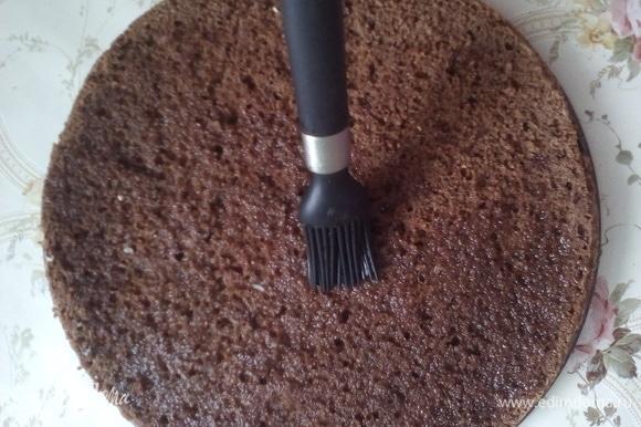 Осталось сложить торт. Все коржи пропитываем. Для пропитки все ингредиенты смешать, сварить сироп. После охлаждения можно добавить ароматизирующие вещества.