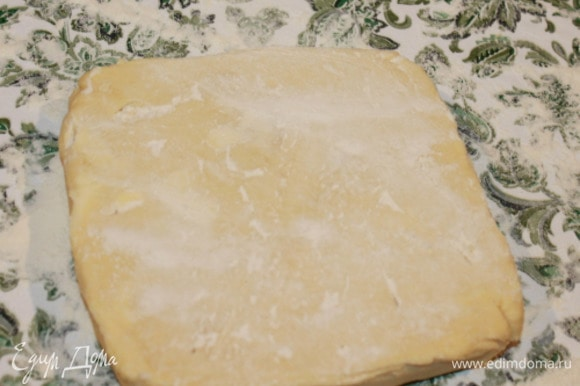 Слоеное тесто, соединение масляного и мучного. Положить первое масляное тесто на посыпанную мукой рабочую поверхность. Раскатать тесто в прямоугольник 30х18 см, слегка посыпая его мукой и переворачивая в процессе раскатки.