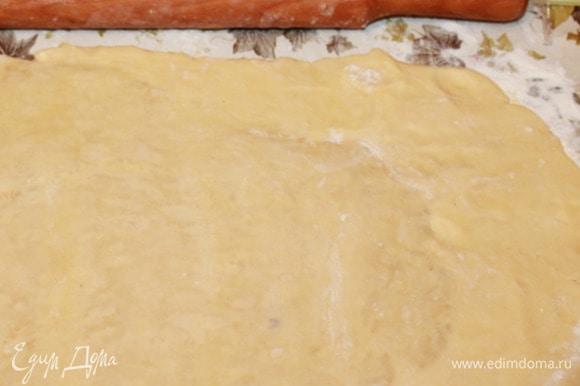 Раскатать тесто в прямоугольник 20х60 см. Сложить обе короткие стороны прямоугольника к середине. Сложить вдвое, чтобы получилось 4 слоя теста. Стряхнуть муку, завернуть в пленку, убрать в холодильник на полтора часа.