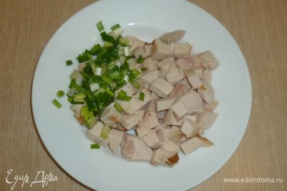 Разогреть духовку до 180°C. Курицу и лук нарезать. Здесь также можно брать другое готовое куриное мясо и любую зелень по своему вкусу. Мне нравится именно с копченой курицей.