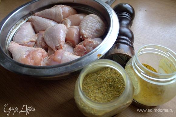 Подготовить приправы для маринования. В смеси такой состав: чеснок, базилик, паприка, лук, чили, петрушка, кориандр, куркума, соль, морковь. Обвалять в них ножки.