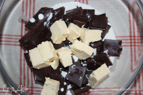 Приготовим шоколадно-творожную начинку. Шоколад наломать кусочками, добавить сливки и масло.