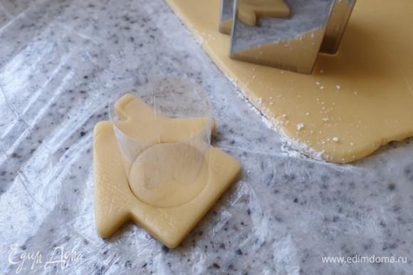 С помощью формочки для теста вырежьте домики. Круглой формочкой вырежьте круг в центре домика.