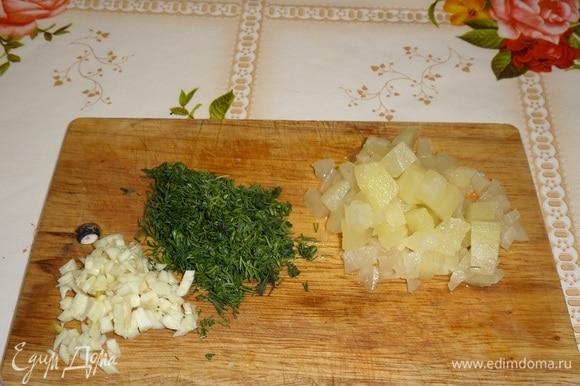 Подготавливаем продукты. Мелким кубиком нарезаем сыр и консервированный ананас. Мелко нарезаем чеснок и зелень.