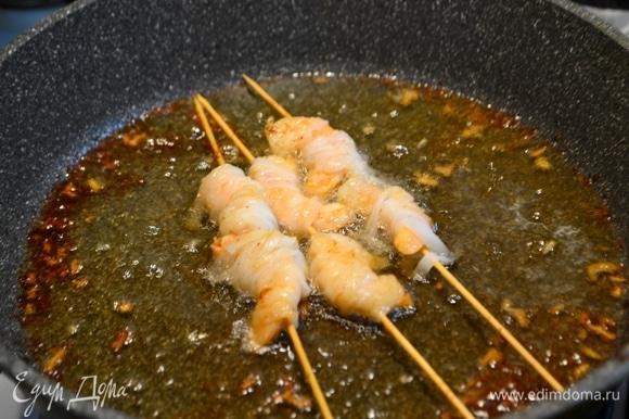 Затем обжарить в масле до золотистого цвета. Выложить на салфетку.