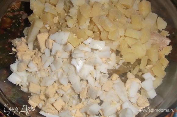 Добавить нарезанные картофель и яйцо. Посолить. Перемешать.
