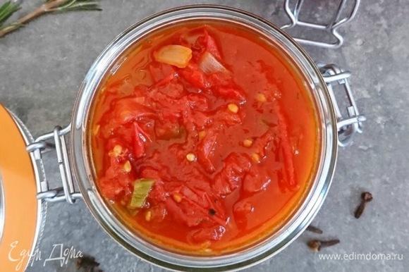 Кладу все овощи и зеленый лук в сковородку (можно запекать в духовке), добавляю томатное пюре. Перемешиваю, тушу 5 минут.