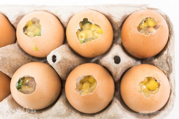 Ставим скорлупки в лоток для яиц и наполняем бульонно-желатиновой смесью. Ждем, пока закуска остынет в холодильнике, а затем очищаем яйцо от скорлупы!