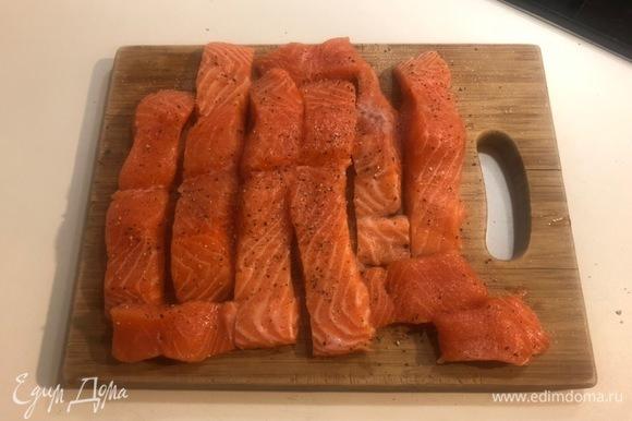 Очищаем лосося, режем на кусочки, затем перчим и солим.