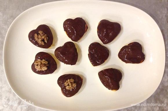 Сырники щедро смазываю теплым шоколадом, кладу сверху орехи.
