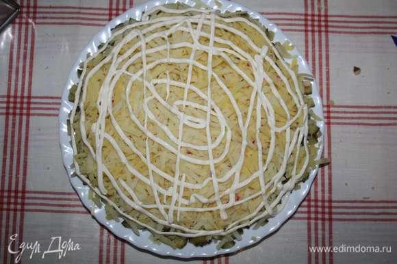 Далее — слой картофеля (натереть на крупной терке) и слой майонеза.